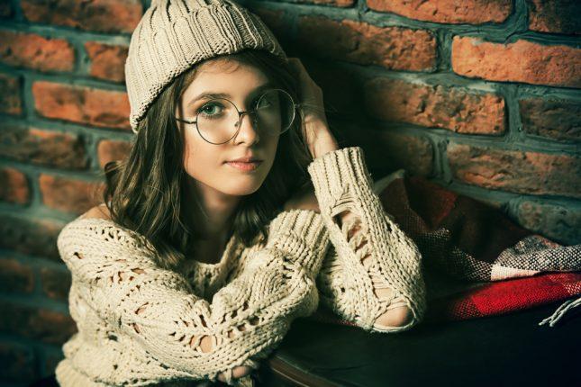 「丸メガネが似合わない…」という方へ。ちょっぴり個性的に変身できるおしゃれコーデまとめ