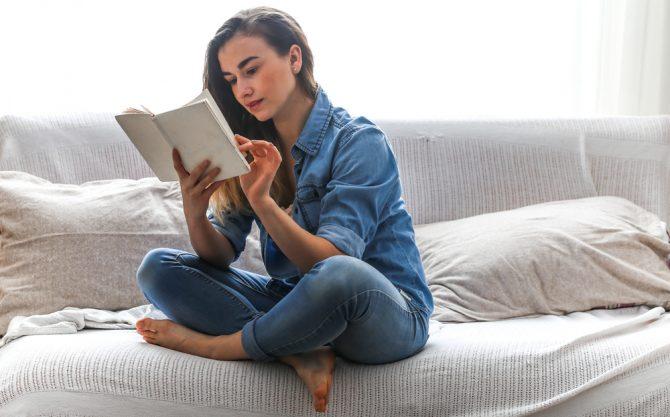 品と教養がある「いい女」を目指すために読むべき本10選。マナーブック・エッセイ・小説まで